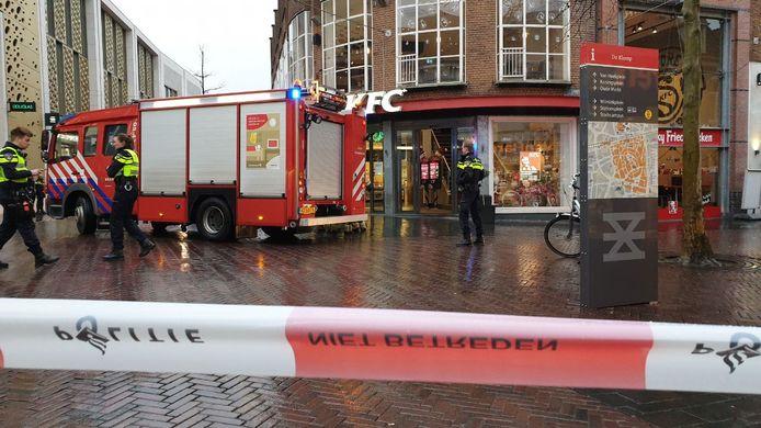 Brandweer en politie zijn gearriveerd bij de KFC in het centrum van Enschede.
