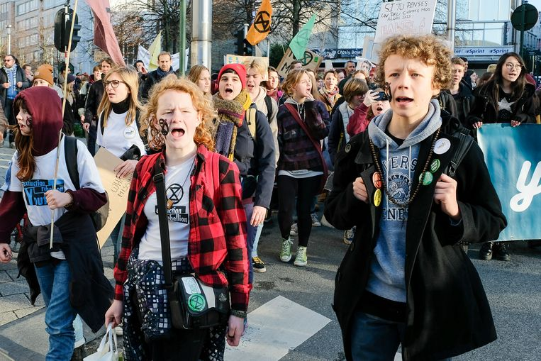 De betogers trekken van het Noord- naar het Zuidstation.