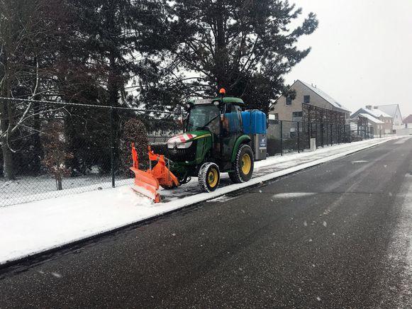 Een sneeuwruimer maakt op de Leuvensebaan in Holsbeek het fietspad vrij.