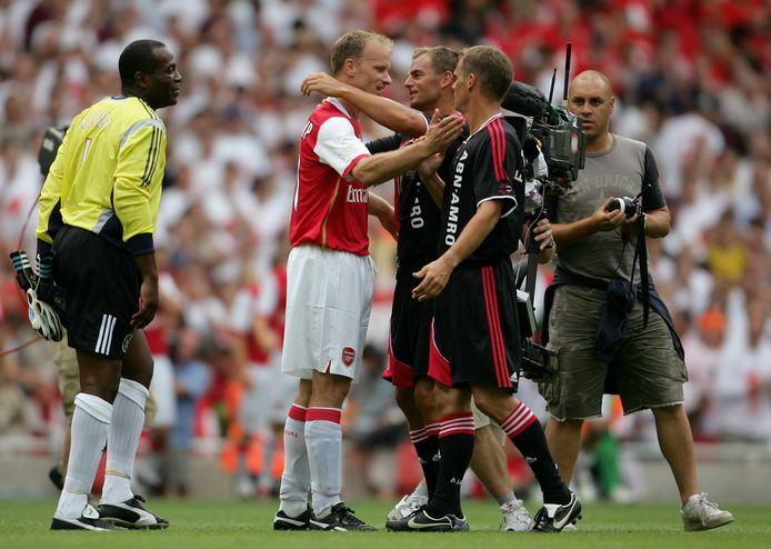 2006: Frank en Ronald de Boer knuffelen Dennis Bergkamp bij zijn afscheidswedstrijd bij Arsenal. Links Stanley Menzo.