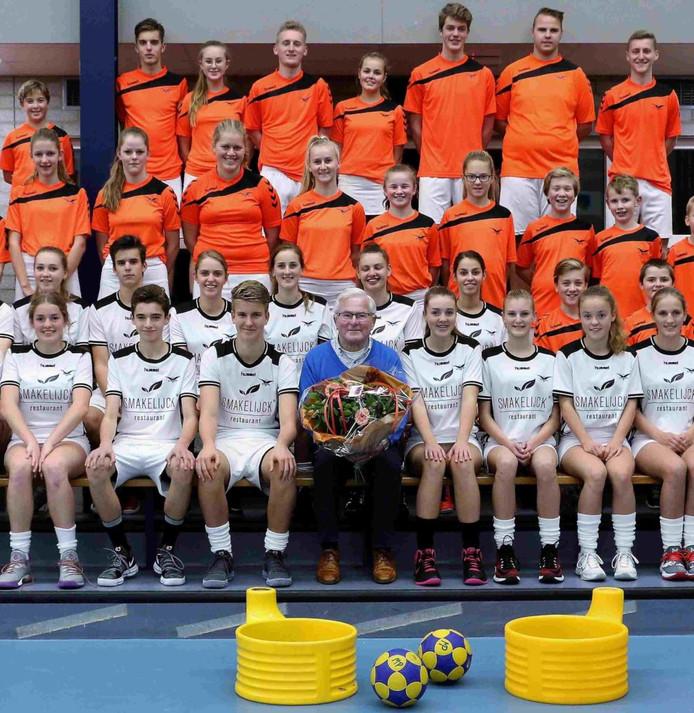 Okke van der Wal te midden van 'zijn' korfballers in Putten.