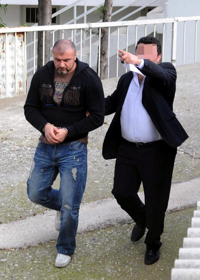 Saban B. (links) wordt in 2010 door de Turkse politie opgepakt.