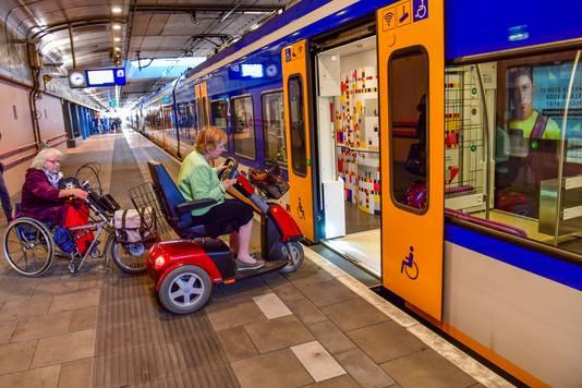 Marijke Smits (links) en Ina Schotters demonstreren het probleem; het afstapje naar de trein is te hoog.