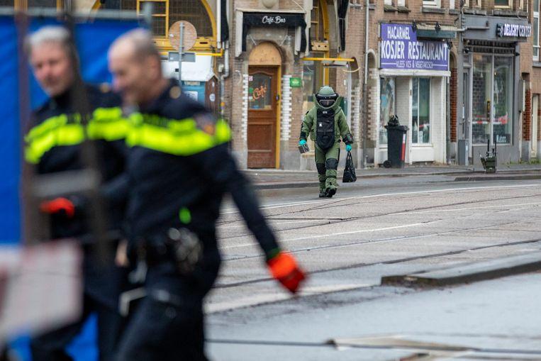 De Explosieven Opruimingsdienst Defensie (EOD) doet onderzoek bij het restaurant HaCarmel na de vondst van een verdacht pakketje. Beeld ANP