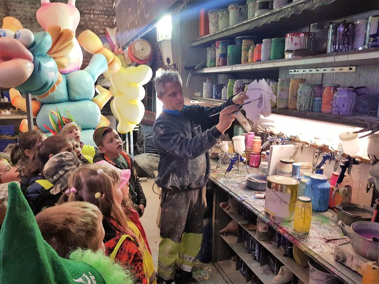 In de hangar van De Vrie Kadeikes leerden de kinderen van De Leerboom onder andere hoe de char beschilderd wordt.
