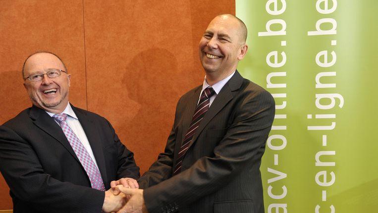 Luc Cortebeeck (links) geeft de fakkel door aan Marc Leemans.