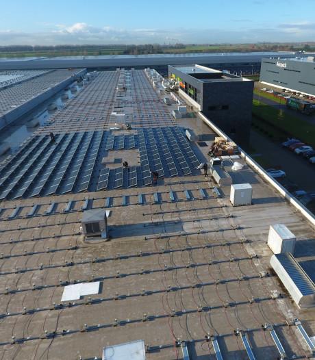 Spuitgietbedrijf Naber in Waalwijk legt grootste dubbelglas zonnepanelen dak van Europa