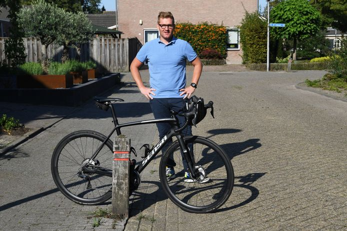 Bobbie Traksel bij een van de gevaren voor wielrenners:  paaltjes langs de weg.