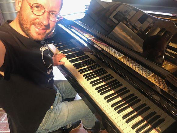 Geert Faes, helemaal alleen achter zijn piano.