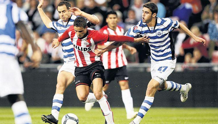 Ibrahim Afellay worstelt zich langs twee tegenstanders. Foto ANP Beeld