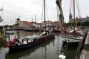 De historische platbodems die deelnemen aan De Bietentocht  in Willemstad.