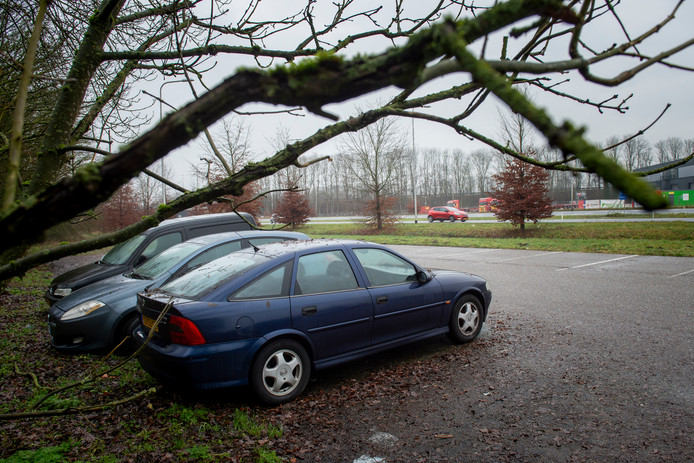 Op parkeerplaats de Kar staat al maanden een auto geparkeerd.