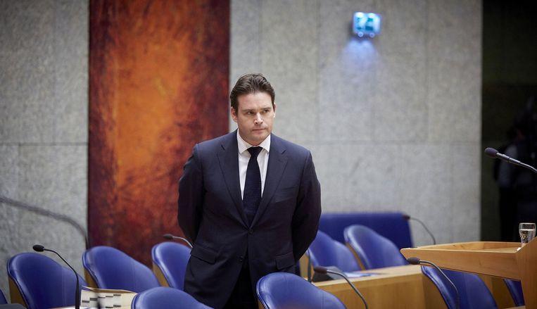 Staatssecretaris Frans Weekers staat in de Tweede Kamer nadat hij bekend heeft gemaakt dat hij opstapt. Beeld anp