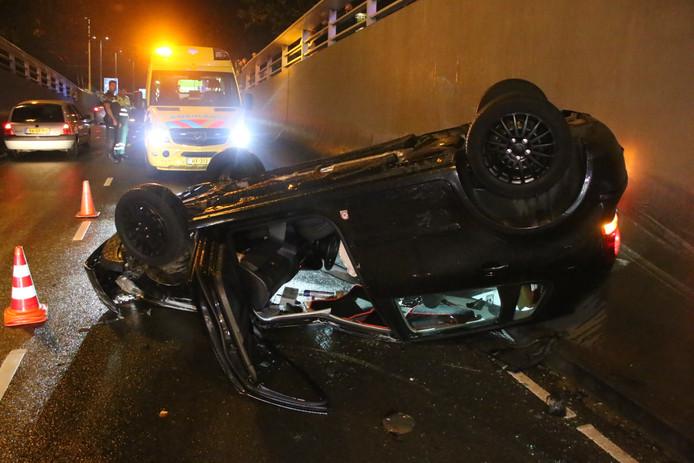 Een auto is over de kop geslagen in de Willemstunnel in Arnhem.
