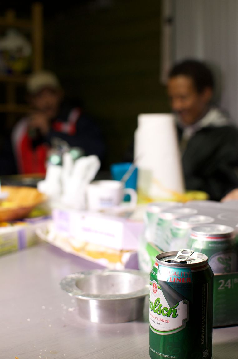 Door middel van schoonmaakwerk krijgen drankmisbruikers een rol in de maatschappij. Beeld AFP