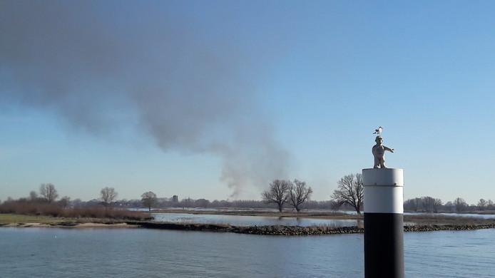 De brand in Woudrichem van een afstand gezien.