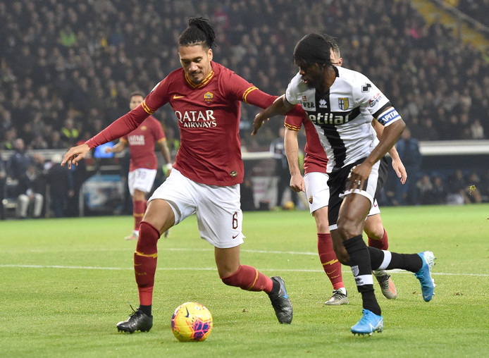 Chris Smalling in duel met Gervinho.