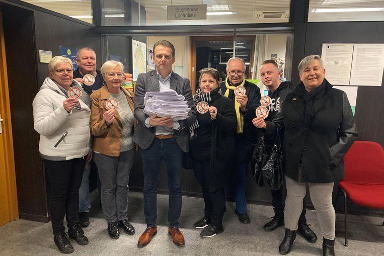 De leden van Vlaams Belang Denderleeuw dienen de bezwaarschriften tegen het islamitisch cultureel centrum in bij de gemeente.