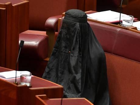 Australische politica uit protest in boerka naar parlement