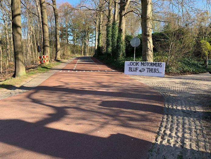 Spandoek van omwonenden van de Schietbergseweg te Rheden om motorrijders te weren van de Posbank.