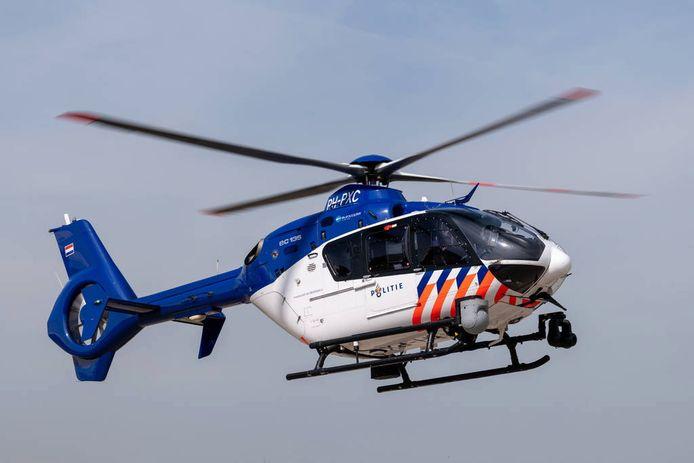 Ook een helikopter hielp mee in de zoektocht naar de verdachten.