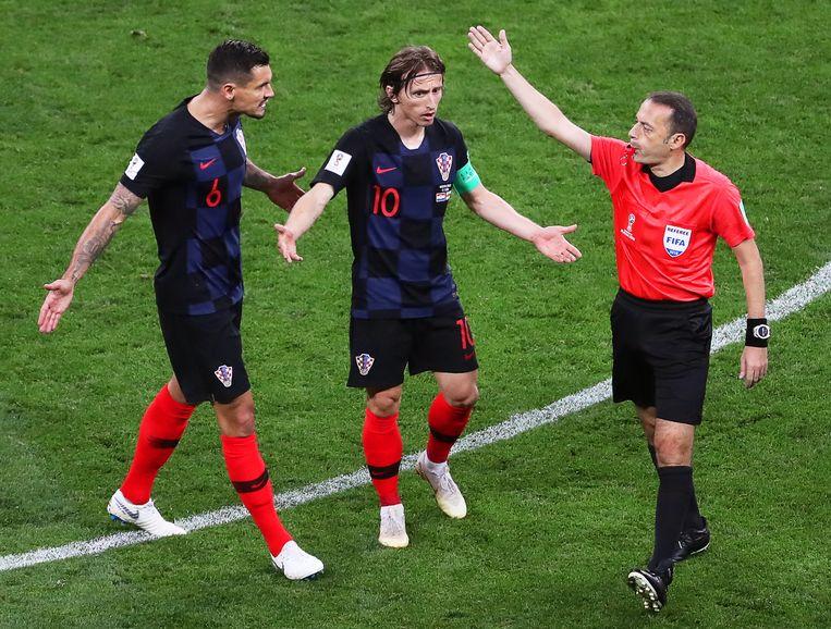 Kroaten Lovren en Modric gaan verhaal halen bij scheidsrechter Cakir in de halve finale van het WK tegen Engeland.