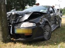 Aanrijding met twee auto's in Breda, bestuurder gewond