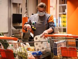 """Supermarkten roepen klanten op om terug alleen te komen winkelen: """"Geen verplichting, maar warme oproep"""""""