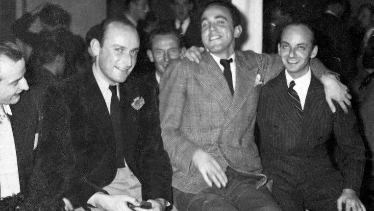 De Shakespeare Club in 1949. Oprichter Niek Engelschman zit geheel rechts. De tweede van links is ontwerper en binnenhuisarchitect Benno Premsela Beeld Collectie Jan Carel Warffemius