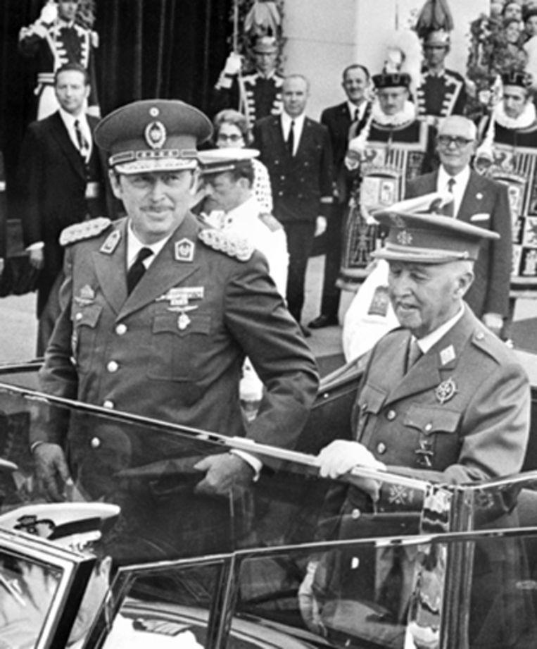 Stroessner samen met de Spaanse dictator Franco tijdens een parade in Madrid in 1973. (AP) Beeld