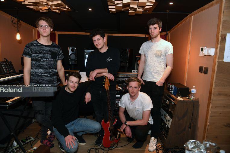 The Lighthouse speelt donderdag in café Commerce in Leuven een deel van hun debuutalbum. Van links naar rechts: keyboardspeler en zanger Willem Schellekens, zanger- gitarist Bram Knockaert,  basgitarist Yannick H'Madoun, gitarist Nick Socquet en drummer Bastiaan Jonniaux.