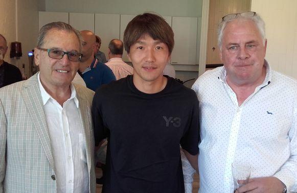 Jun Amano tussen voorzitter Louis De Vries en sportief directeur Eric Verhoeven.