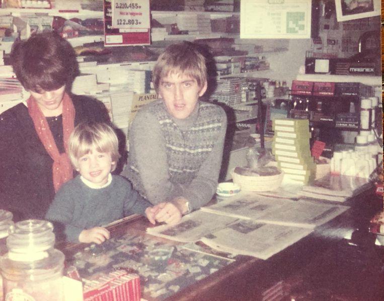 De jonge Harry Martens, 35 jaar geleden, met zijn zoontje in zijn winkel.