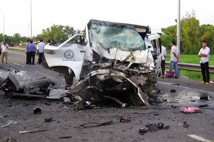 Dertien familieleden zijn vanmorgen omgekomen bij een auto-ongeluk in Vietnam. De familie was samen met een bruidegom onderweg naar het huis van de bruid. De bruidegom is een van de dodelijke slachtoffers.