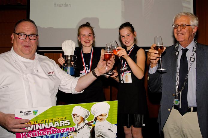 Merel en Roos van team Heusden met chefkok Hans de Kruijf en burgemeester Roel Augusteijn. Foto: Maja van den Brink © AgriFood Capital