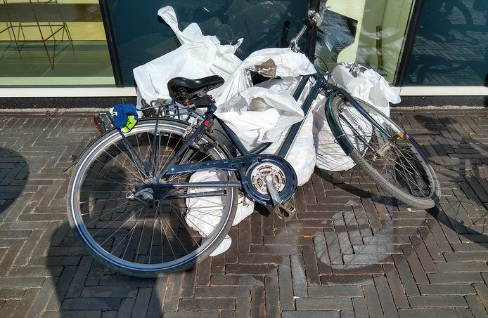 Opmerkelijke vondst tijdens het ruimen van zwerfvuil: tussen de honderden sigarettenpeuken en lege blikjes werd ook een fiets aangetroffen.