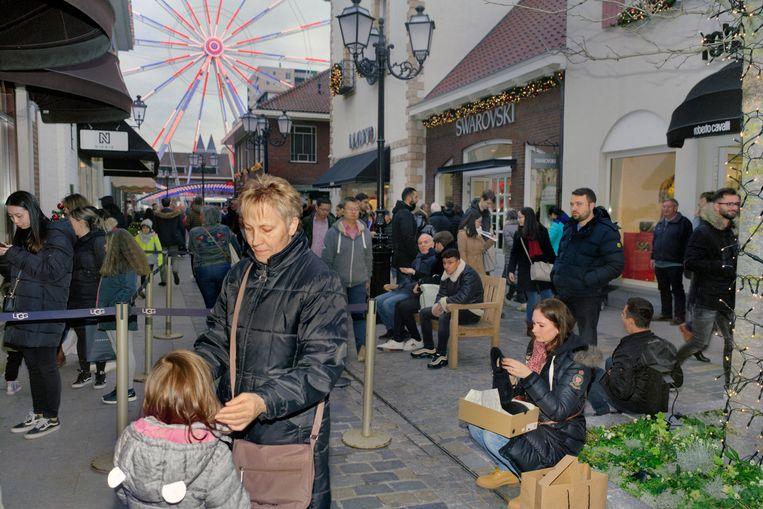 Designer Outlet Roermond op een zaterdagmiddag in december. Beeld Otto Snoek