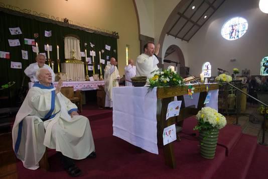 Pastoor Jurgen Jansen (rechts) in de kerk in Braamt.