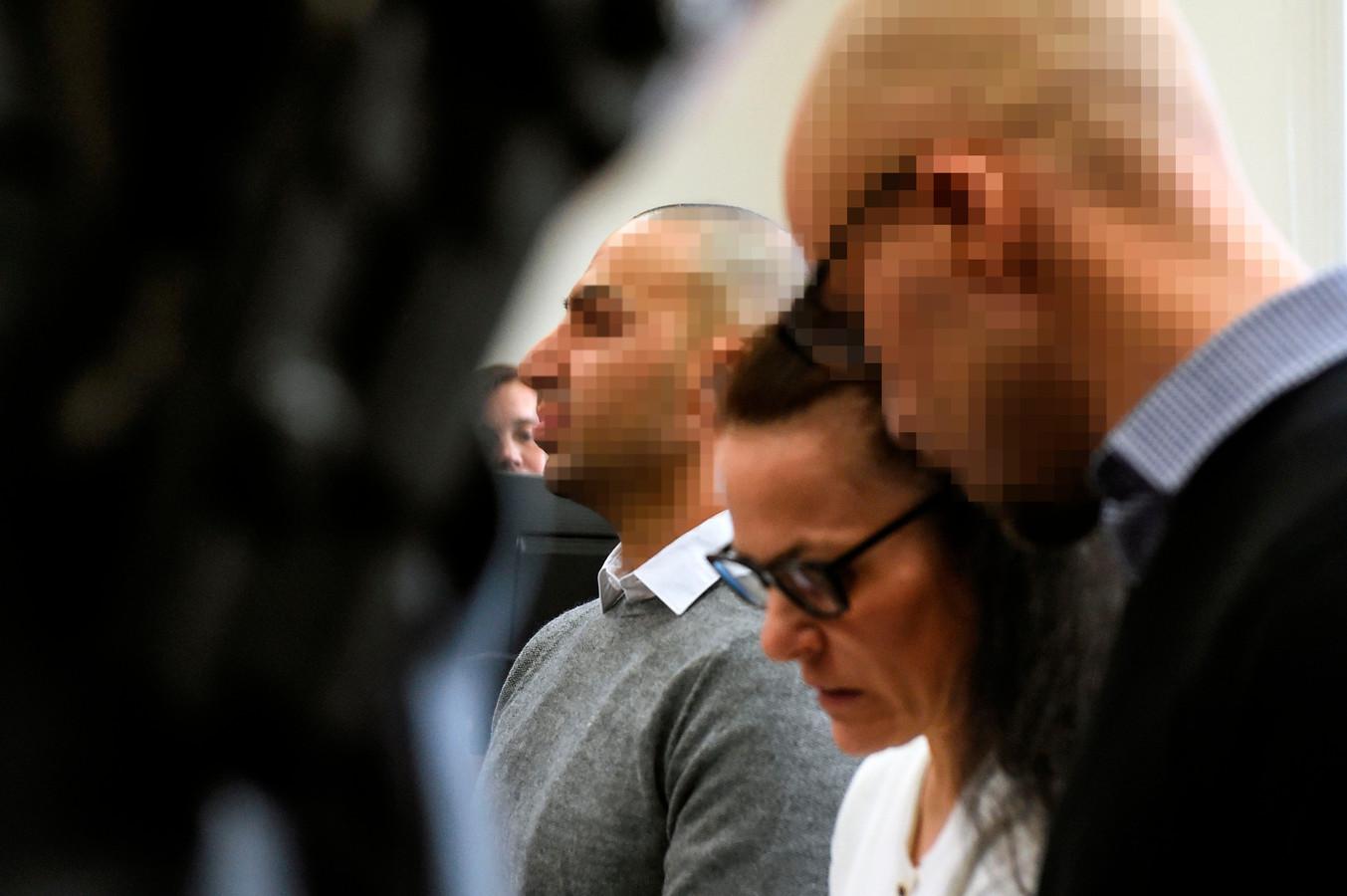Armin  (rechts) en zijn broer Arash in de rechtszaal in Praag.