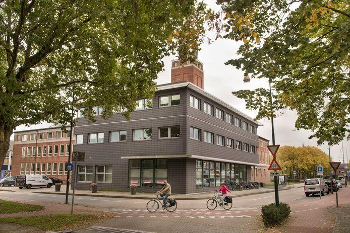 De gemeente Gilze en Rijen wil de verkeersroute voor fietsers rondom het Raadhuisplein in Rijen herinrichten. De weg op de foto gaat straks niet meer met de bocht mee, maar wordt een oversteekpunt.