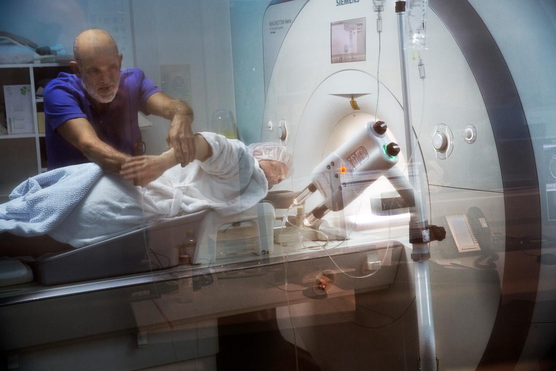 Een patiënt ondergaat een MRI-scan in hetOLVG-ziekenhuis in Amsterdam.  Beeld null