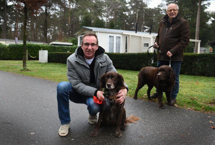 Willem Verheul (links) toog met zijn gezin en hond naar recreatiepark Het Grote Bos in Doorn. Daar heeft zijn hond geen last van vuurwerkgeknal. Henk Thomas (rechts) heeft een caravan op deze camping en viert er oud en nieuw. Ook hij vindt het lekker rustig, zonder vuurwerk.