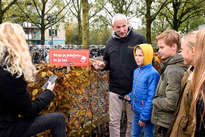 Instructeur Cees van Bemmel van Verkeersschool Noordam legt brugklasleerlingen van het Minkema College uit dat de mobiel telefoongebruik op de fiets een groot gevaar is, omdat je je daardoor veel slechter concentreert op het verkeer.