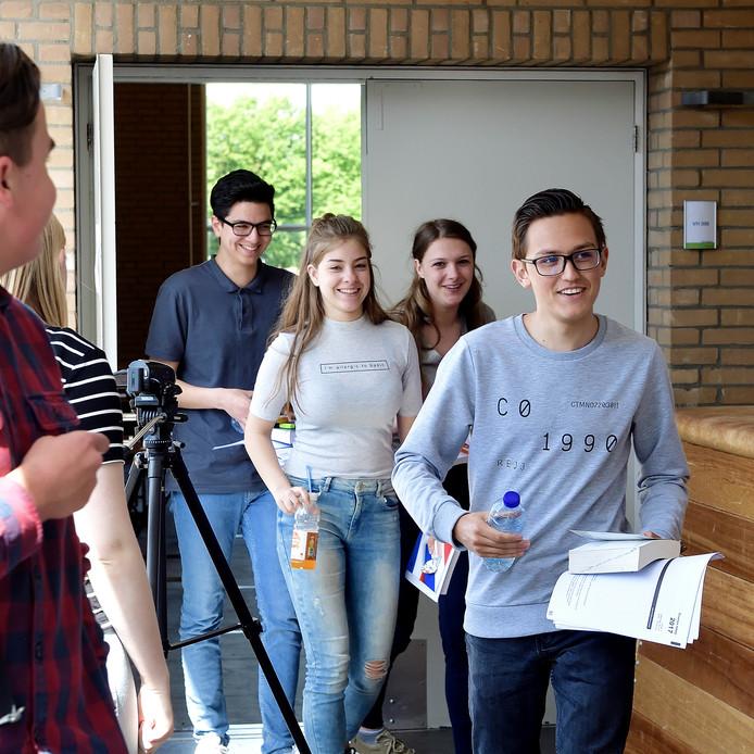 De hele zaal was gevuld met maar zeven havoleerlingen voor eindexamen Aardrijkskunde in het Markland College in Oudenbosch