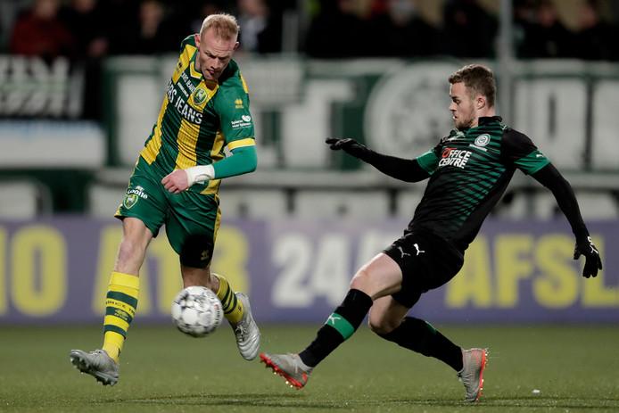Tom Beugelsdijk in duel met Gabriel Gudmundsson.