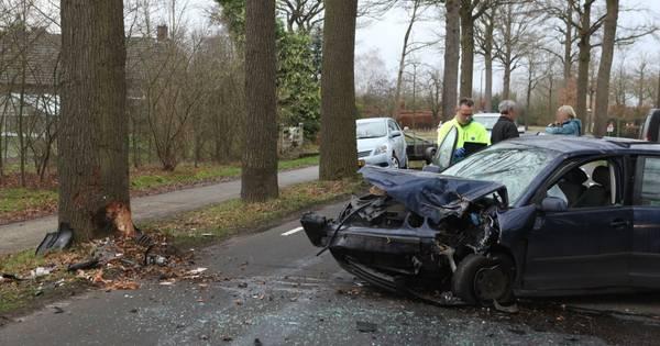 Forse schade aan auto door botsing op boom in Sint-Oedenrode.