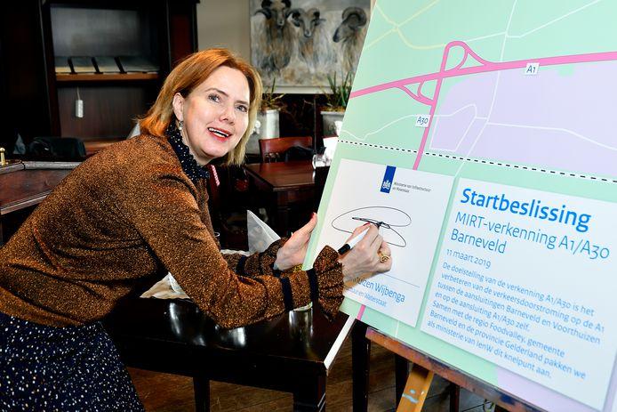Minister Cora van Nieuwenhuizen bij de start van het verbeterproject A1/A30.