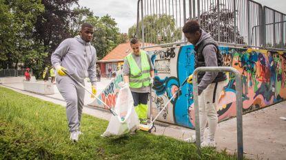 Jongeren helpen groendienst en Ivago om zwerfvuil te ruimen in Keizerpark