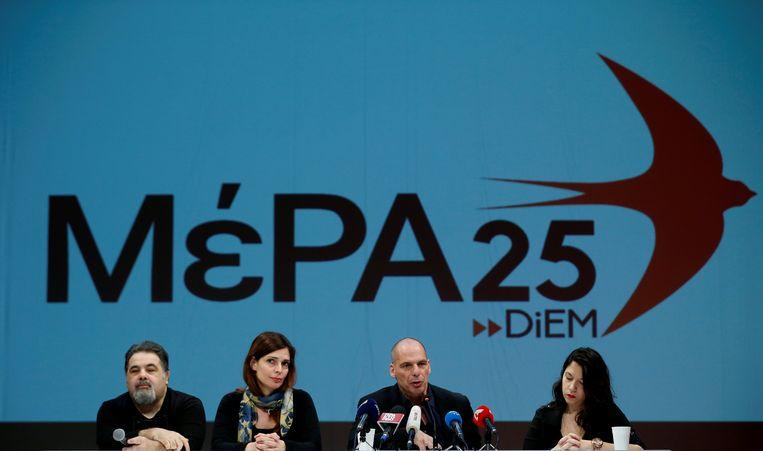 Gianis Varoufakis, tweede van rechts, presenteert zijn nieuwe partij. Beeld REUTERS
