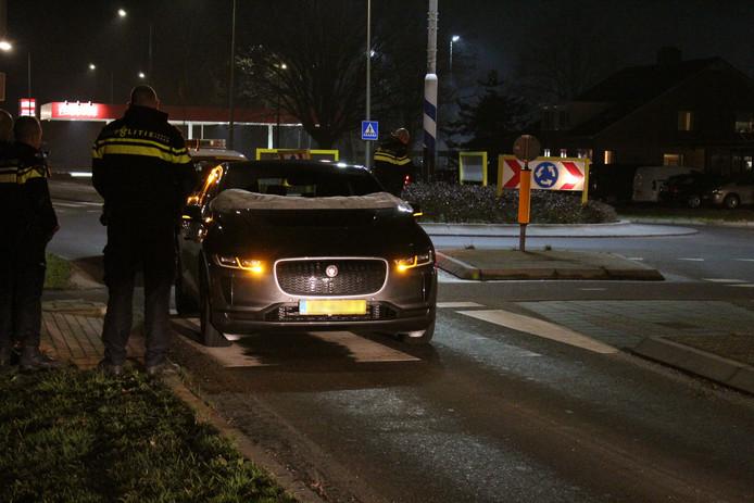 Doordat de fietsersairbag van de Jaguar I-PACE uitklapte, kwam een Zwolse fietser er dinsdagavond op de Hollewandsweg met schaafwonden vanaf. De automobilist had bij het kopen van de elektrische auto 'nooit gedacht dit systeem te hoeven gebruiken'.